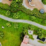 Bezpieczny ogród – zasady bezpiecznej instalacji oświetlenia ogrodowego